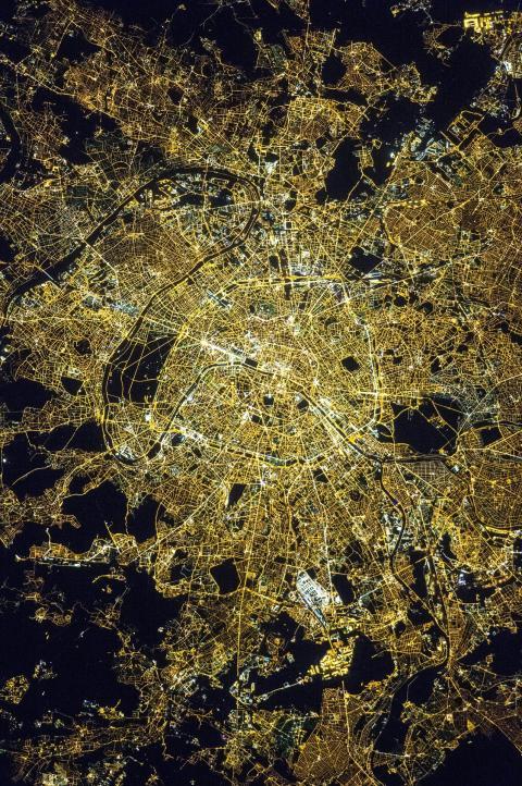 15 millions de point lumineux éclairent  l'hexagone toutes les nuits... c'est beaucoup trop!