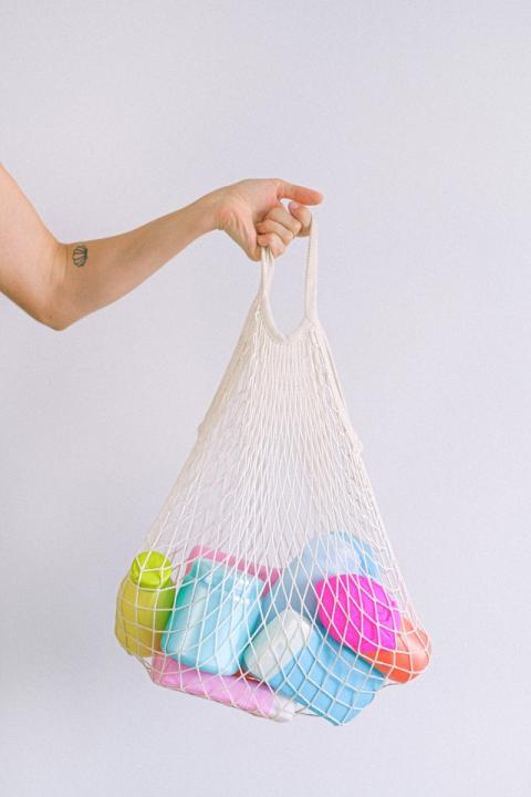 Greenwashing : «Il faut cesser de faire croire que le bonheur se cache derrière la consommation» - Article de POSITIVR