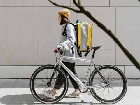 La revanche du vélo cargo électrique : bien plus rapide et plus propre que la camionnette en ville - Article de Novethic